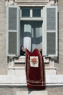 9_Pope_Attends_Final_Angelus_Prayers_Before_GLkc