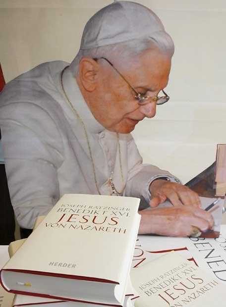 Joseph_Ratzinger_junto_ejemplar_Jesus_Nazaret