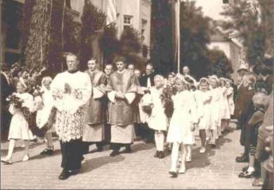 Los hermanos Ratzinger revestidos son saludados por sus vecinos