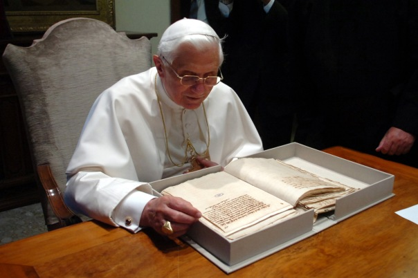 papst benedikt xvi am schreibtisch