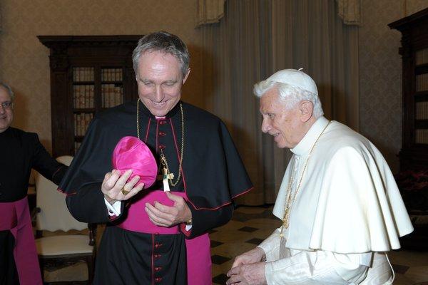 Erzbischof_Georg_Gnswein_mit_Papst_Benedikt_XVI