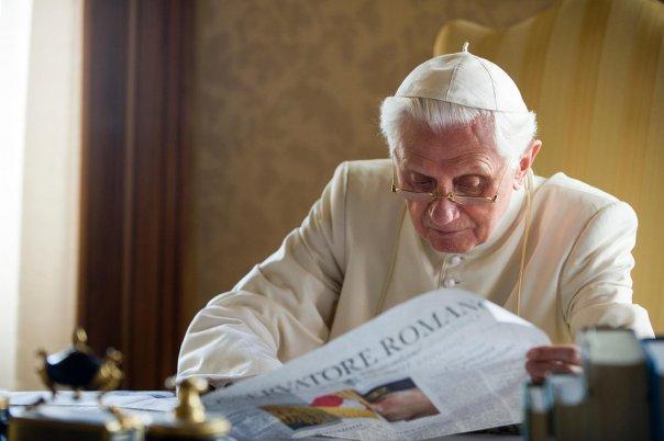 Papa-Benedicto-XVI-leyendo-el-_54331407377_54028874188_960_639
