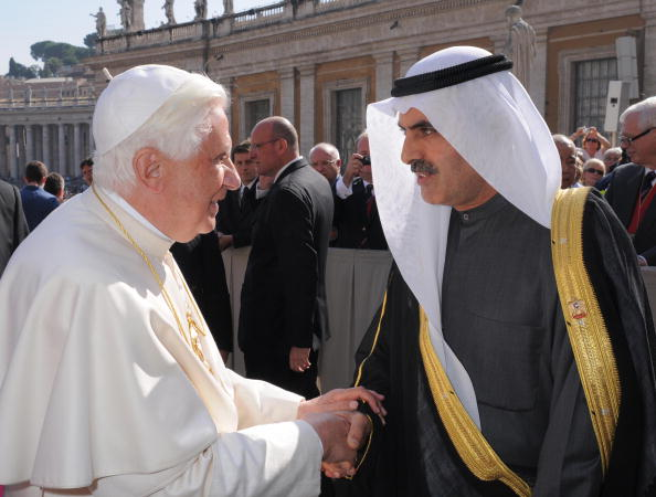 Pope Benedict XVI (L) shakes hands with
