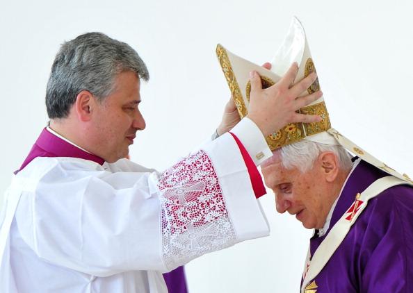 Pope Benedict XVI (R) celebrates mass at