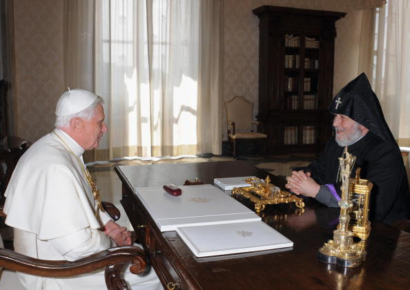 Pope Benedict XVI (L) talks with Supreme